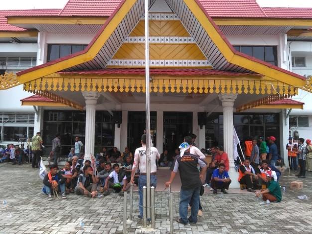 Ratusan Massa SBSI Kepung Kantor Disnakertrans