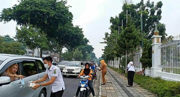 Diskes Dan Karhutla Riau Bagi - Bagi Masker