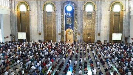 Masjid Agung Sunan Ampel tetap Lakukan Salat Jumat