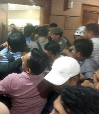 Ruang Paripurna DPRD Riau Sempat Ricuh Dengan Mahasiswa Saat Pelantikan