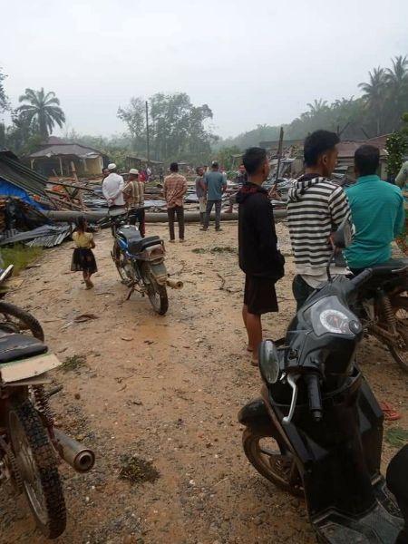 7 Bangunan Rumah dan 1 Musholah Di Rohil Roboh, Akibat di Terpa Angin Puting Beliung