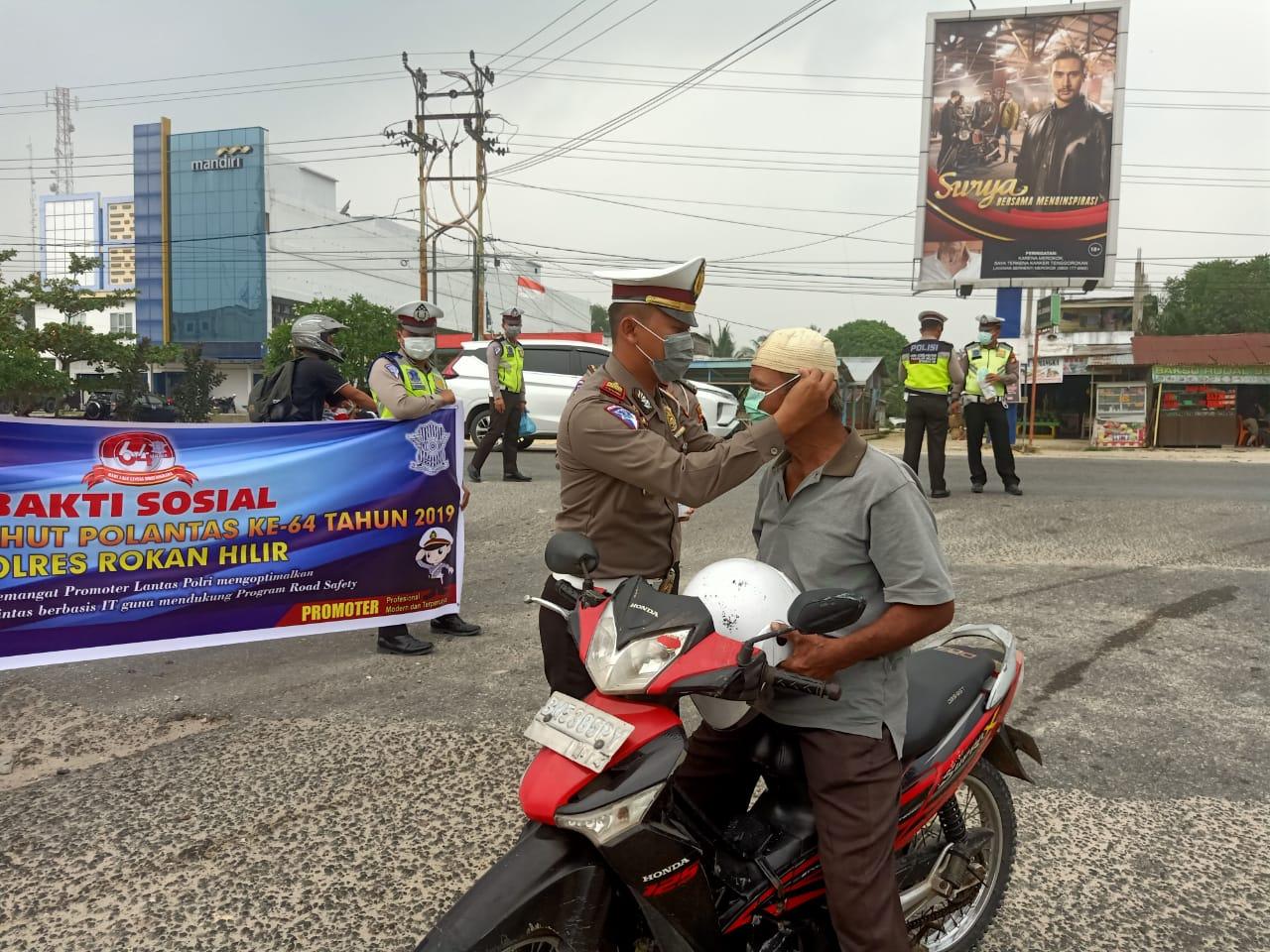 Riau Diterpa Asap Kebakaran,  Satlantas Polres Rohil Bagikan 500 Masker Kepada Pengguna Jalan