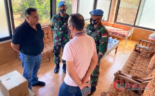 Komandan Kompi Charlie Serahkan Donasi Pada Walikota Desa Ghandouriyah