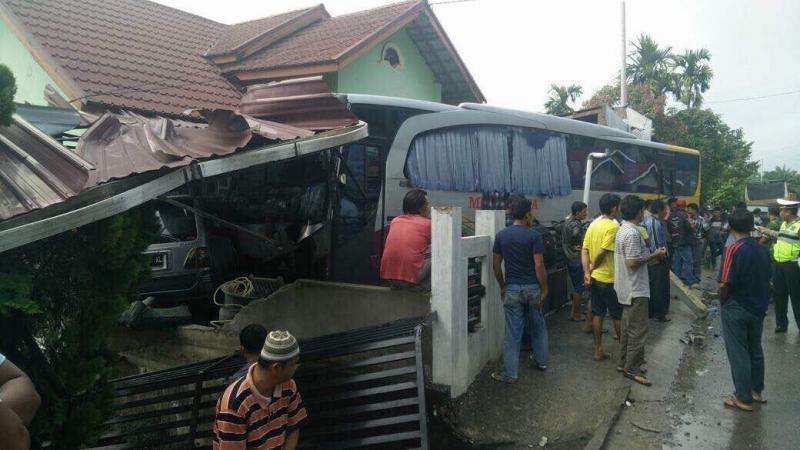 Medan Jaya Seruduk 2 Rumah dan 1 Mobil