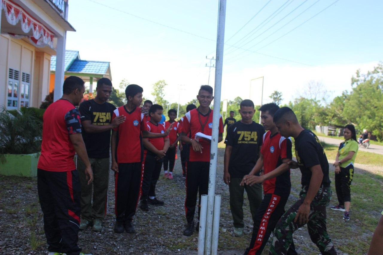 Satgas Papua Prajurit TNI Yonif 755 Kostrad Ajarkan Anak - Anak Cara Pengibaran Bendara