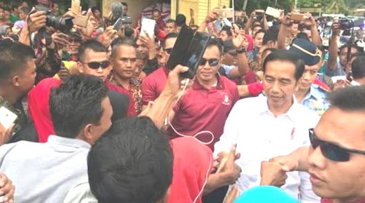 Kunjungi Kabupaten Dharmasraya Jokowi Selvi Sama Warga