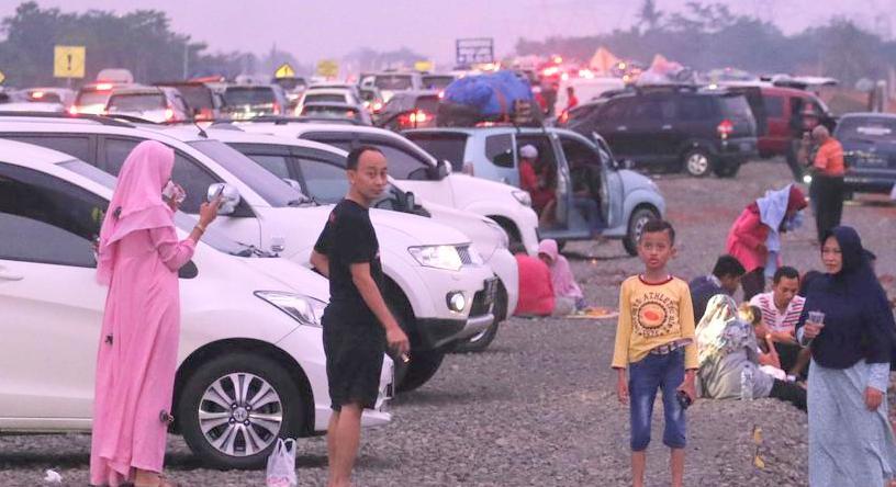 Tol Cipali Arah Cirebon Macet Total