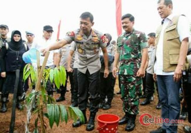 Initip Keakraban Panglima TNI dan Kapolri Saat Hari Gerakan Sejuta Pohon Sedunia