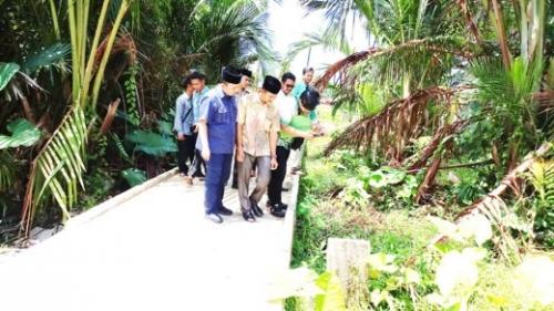 Ketua DPRD Inhil Tinjau Pelaksanaan Pembangunan di Desa Tanjung Simpang