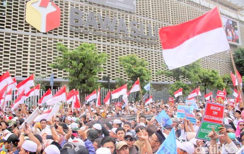 Belasan Peserta Demo di Bawaslu Muntah Usai Santap Takjil