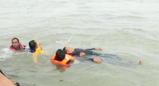 Timsar Gabungan Selamatkan 3 Crew Kapal MV Sarex Yang Terombang Ambing di Selat Rupat