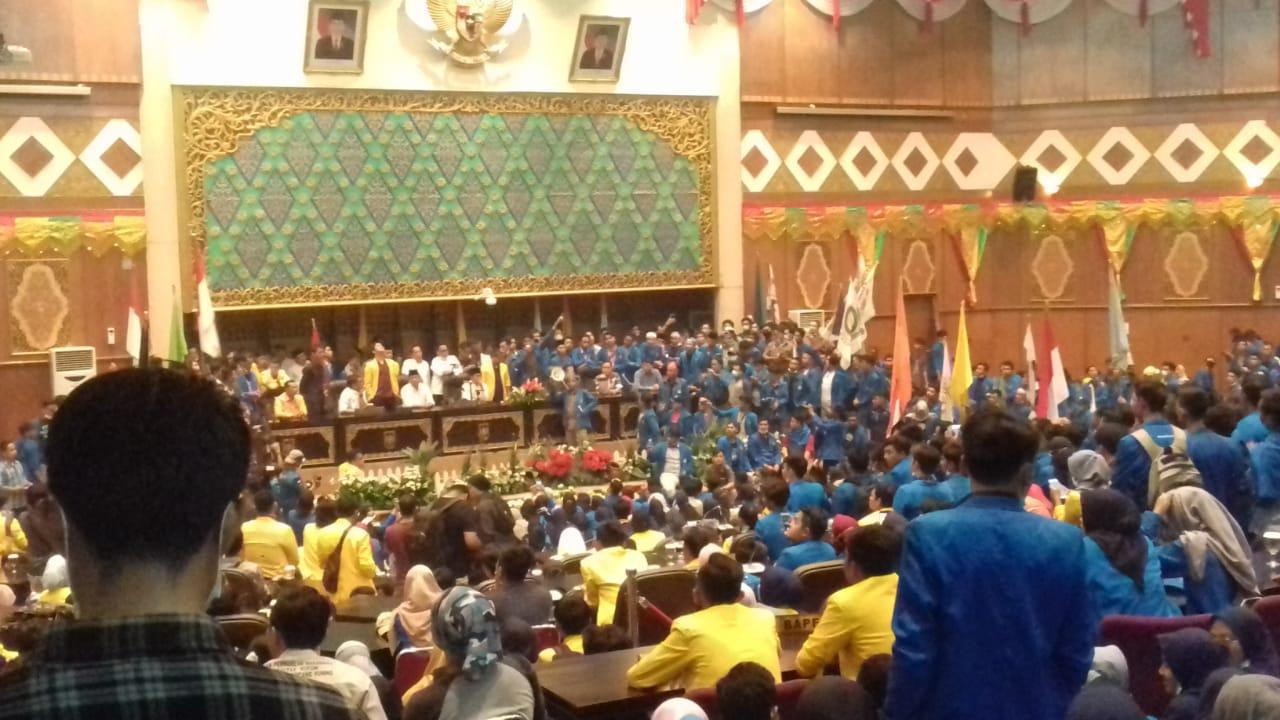 UIR dan UNILAK Bergandengan Lakukan Aksi Demo di Gedung DPRD Riau Terkait Asap