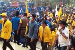 Ribuan Mahasiswa UIR dan UNILAK Lakukan Aksi Terkait Kabut Asap di Gedung DPRD Prov Riau