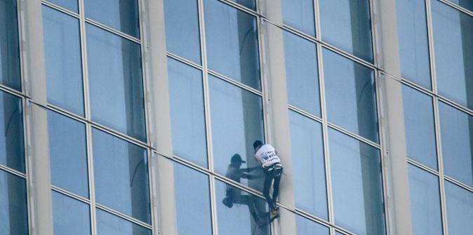 Spiderman Dari Prancis Daki Gedung Pencakar Langit Untuk Kibarkan Bendera Perdamaian