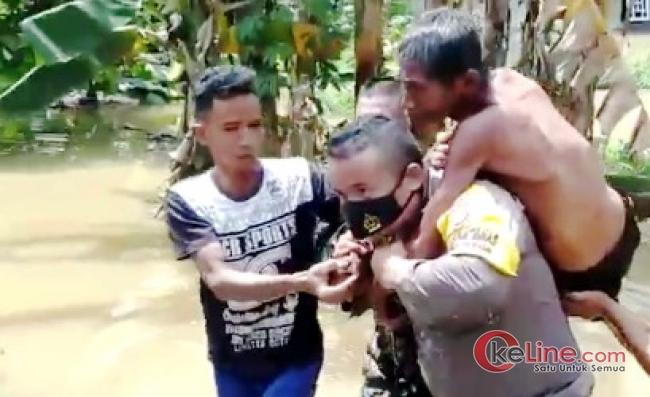 Bhabimkamtibmas Evakuasi Korban Banjir di Inhu