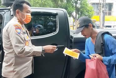 Tukang Becak Dapat Bantuan Tim Jumat Barokah Polda Banten