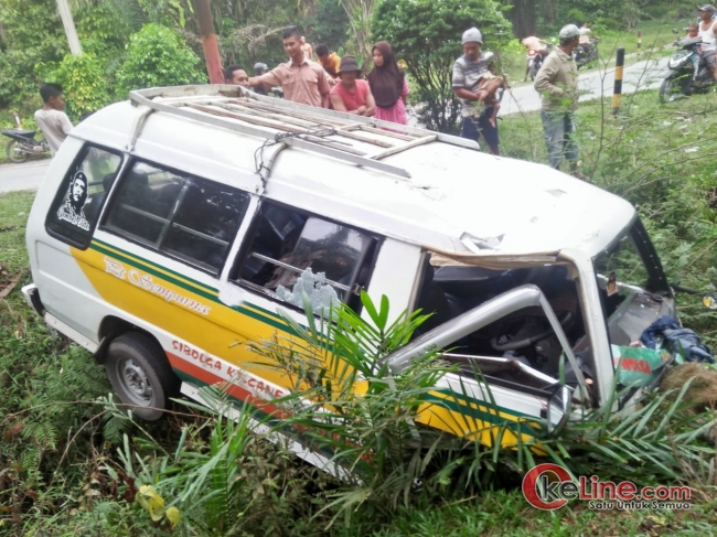 Mobil Minibus Nyemplung Keparit Bekoan,1 Tewas 4 Luka Ringan