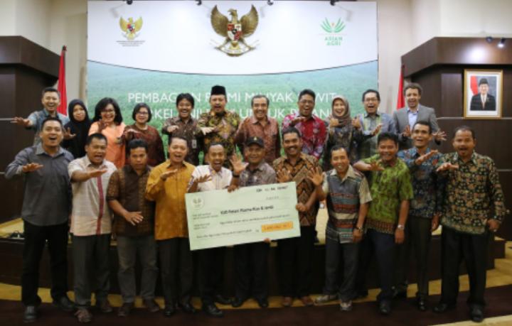 Asian Agri Serahkan Premi Penjualan Sawit ke Petani Plasma dan Koperasi
