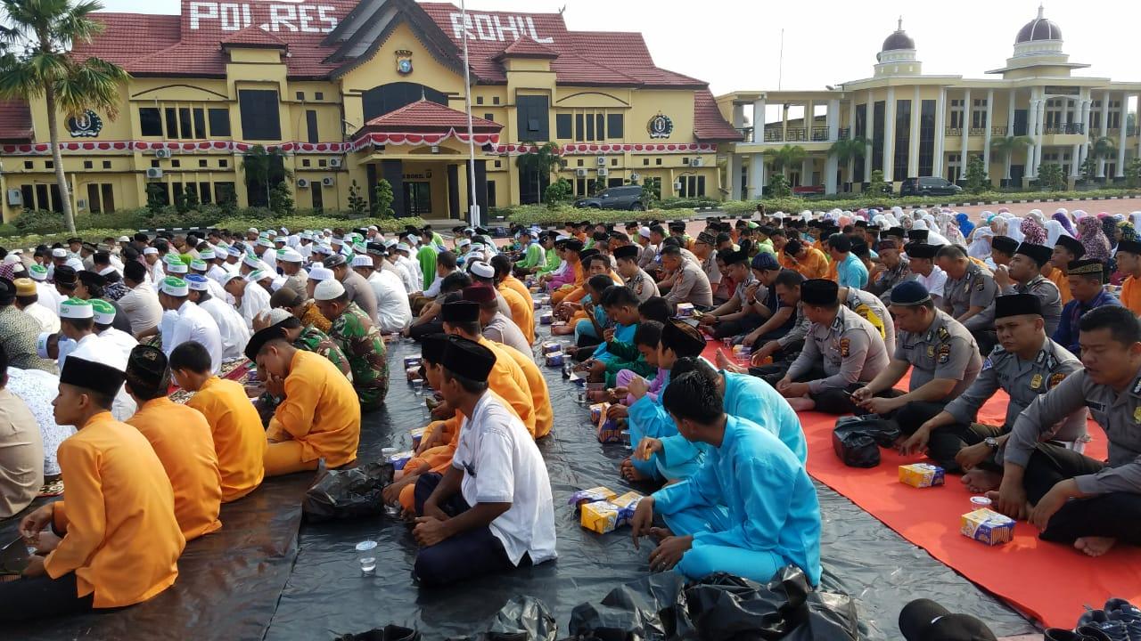Mohon Ridho Allah, Polres Rohil Bersama Masyarakat Dan Pelajar Sholat Istisqa Mohon Turun Hujan