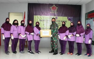 Guna Memutus Mata Rantai Covid-19, Bantuan Masker Batik Diserahkan Ketua IKKT PWA Cabang BS XII