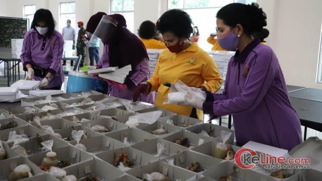 Nanny Hadi Tjahjanto Ikut Isi Bantuan Takjil di Dapur Umum TNI