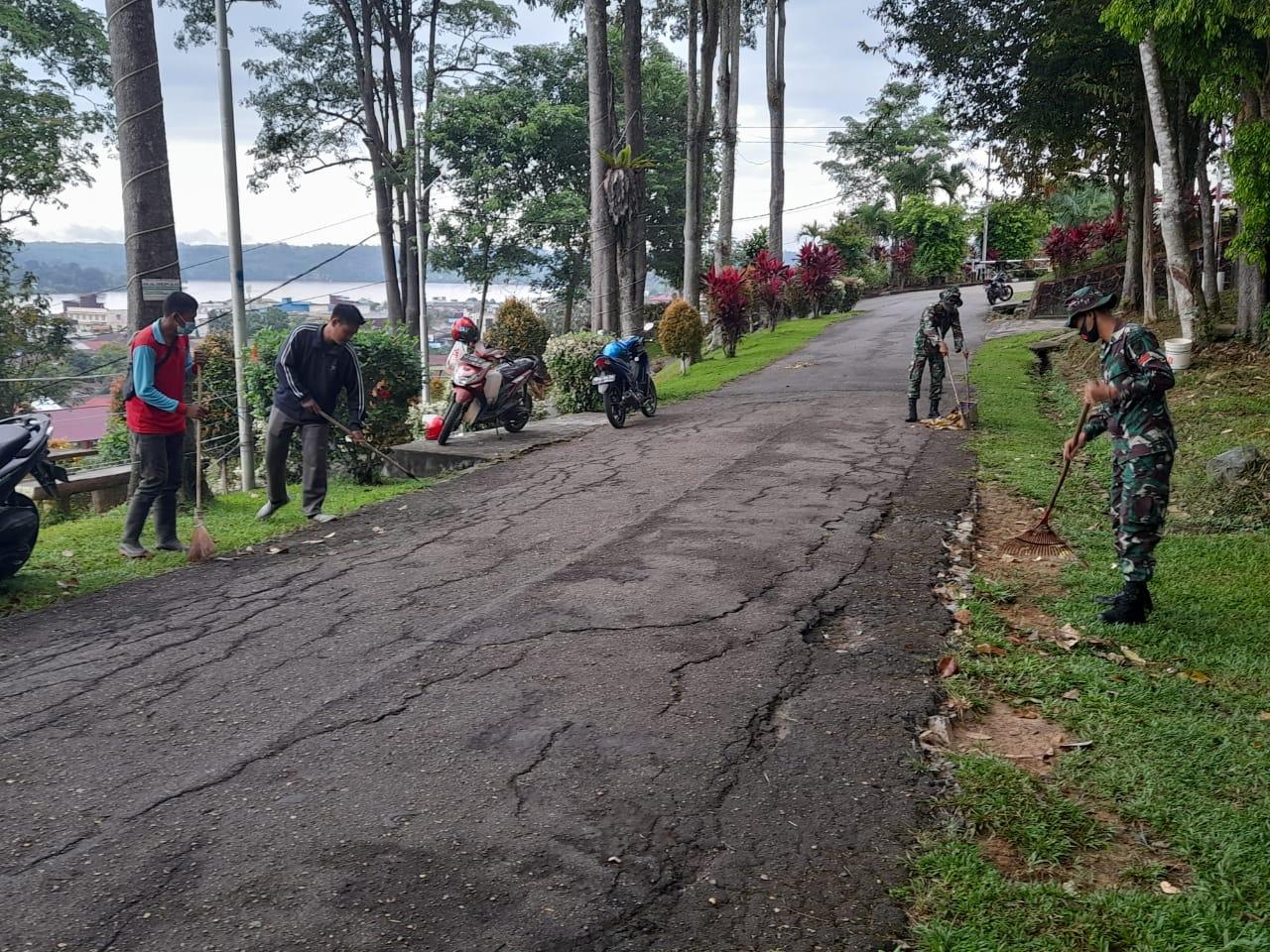Batalyon Infanteri (Yonif) 642/Kapuas Gotong Royong Bersama Warga