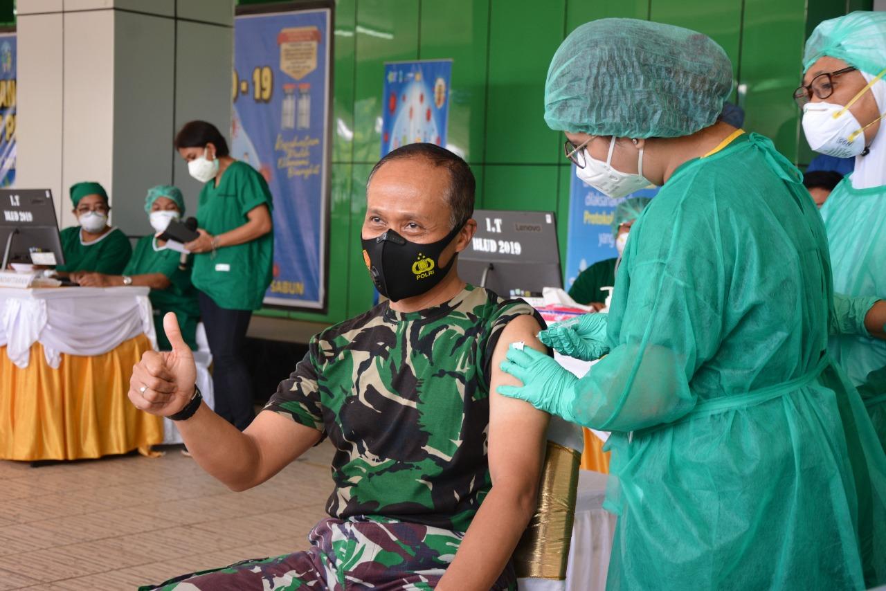 Pangdam XVII/Cenderawasih, Orang Pertama di vaksin Covid-19 di Provinsi Papua