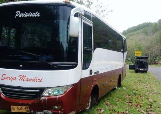 Bus Parawisata Surya Mandiri Tabrak Mobil dan Tebing