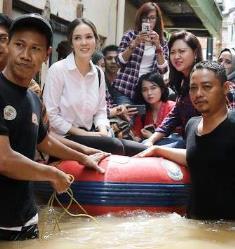 Artis dan Vokalis Band Tinjau Langsung Korban Banjir Jakarta
