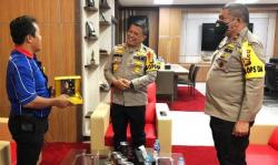 Terima Cinderamata Dari Pimpinan Redaksi Media, Kapolda Riau: Ini Kado Istimewa