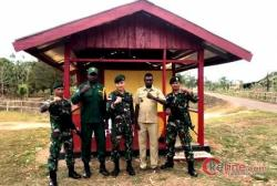 Pamtas RI-PNG Yonif 411/Pandawa Kostrad dengan Warga Bangun Pos Kamling