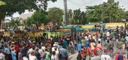Ratusan Supir Truk Pekanbaru Lakukan Aksi di Depan Gedung DPRD Terkait Penahanan 3 Truk oleh Polda R