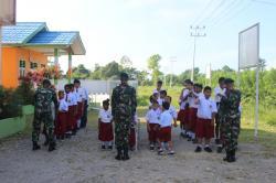 Satgas Yonif 755 Kostrad Bersama Anak-Anak Disabilitas Laksanakan Upacara Bendera Pertama Kali di Mi