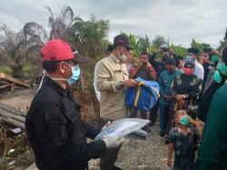 Bupati Rohil Serahkan Bantuan Kepada Warga Musibah Kebakaran di Sei Bakau