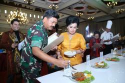 Panglima TNI Marsekal Jadi Juri Memasak Nasi Goreng