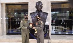 Jenderal Idham Aziz Terima Wing Kehormatan Penerbang Kelas I