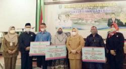 Kasmarni Serahkan Bantuan KM 2021 Pada KUBE ke 5 Kecamatan di Bengkalis