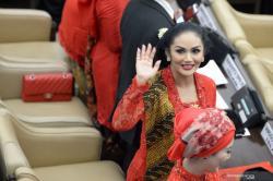 Resmi Dilantik Sebagai DPR RI. Penampilan Sang Diva Saat Pelantikan Menarik Perhatian