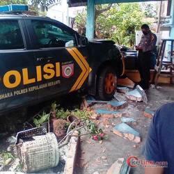 Bruk, Satu Mobil Patroli Polisi Meranti Hantam Rumah Warga