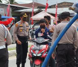 Jelang HUT Bhayangkara Ke-74 Polsek Tanah Putih Bagikan Masker Gratis ke Warga