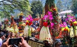 Wau, Acara Larung Sesaji di Telaga Ngebel Sebagai Pertanda 1 Suro Dibanjiri Wisatawan