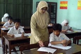 Disdik Mulai Transfer Gaji Guru Bantu