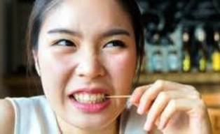 Bahaya Bersihkan Sisa Makanan Pakai Tusuk Gigi