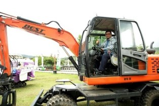 Mentan Hadiahi Pj Bupati Kampar 5 Traktor Pertanian